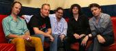 """von li. nach re.: Christoph Zauchinger (Schlagzeug),  Jürgen Schaupp (Bass), Klaus Bergmaier (Keyboards), Frontman und Lead-Sänger Jason """"Jim"""" Boiler und René Galik (E-Gitarre)"""