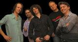 """von li. nach re.: Christoph Zauchinger (Schlagzeug), Klaus Bergmaier (Keyboards), Frontman und Lead-Sänger Jason """"Jim"""" Boiler, Jürgen Schaupp (Bass) und René Galik (E-Gitarre)"""