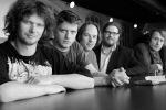 """von li. nach re.: Frontman und Lead-Sänger Jason """"Jim"""" Boiler, René Galik (E-Gitarre), Christoph Zauchinger (Schlagzeug), Klaus Bergmaier (Orgel) und Martin Plangl (Bass)"""