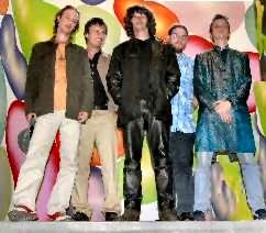 """von li. nach re.: Christoph Zauchinger (Schlagzeug), Martin Plangl (Bass), Frontman und Lead-Sänger Jason """"Jim"""" Boiler,Klaus Bergmaier (Orgel) und René Galik (E-Gitarre)"""